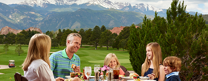 Family dining at Garden of the Gods Club